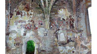 Las huellas. La pared con vestigios de la imagen de Jesús y los apóstoles.