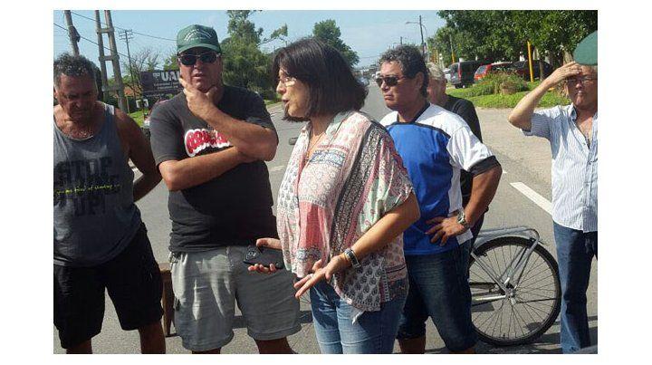 piquetes. La intendenta Canut en uno de los cortes de la ruta 11 que los empleados de la fábrica venían realizando.