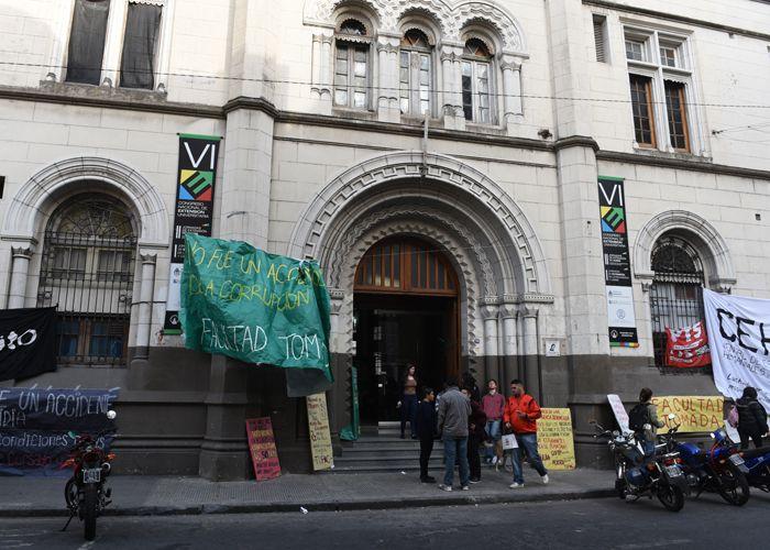 Los estudiantes se manifestaron con banderas y carteles en el frente de Humanidades. (Foto: Celina Mutti Lovera)