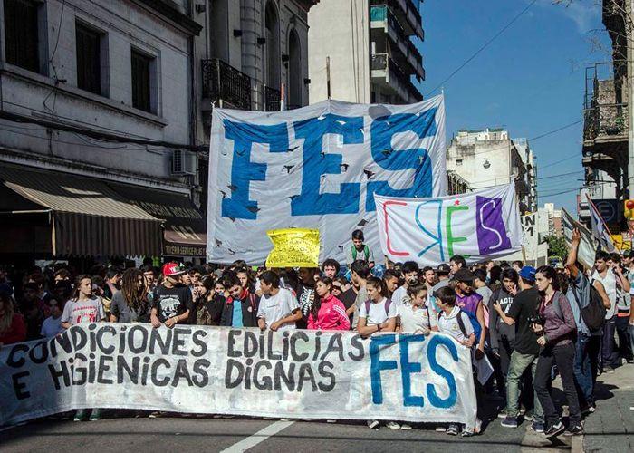 Los estudiantes marchan con sus reclamos por el centro rosarino. (Foto: Facebook Federación de Estudiantes Secundarios)