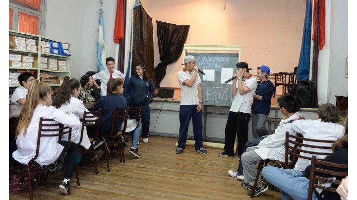 en acción. Los alumnos de 7º grado de la escuela Pestalozzi y el Instituto Zona Oeste rapearon ayer a sus anchas.