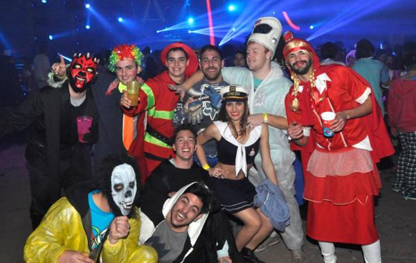 Las fotos de la fiesta de disfraces de Paraná que convocó a 60 mil jóvenes 979ee1f1816