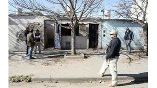 Abierto. Policías y prefectos abrieron el portón soldado del búnker en cuyo techo de chapa cayó muerto Rolando Mansilla. (foto: Enrique Rodríguez Moreno)