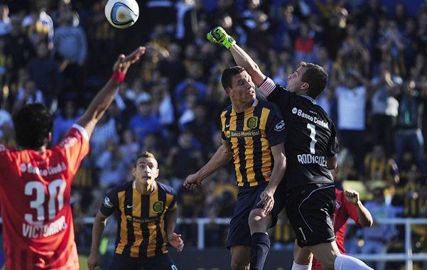 Ruso arriba. El arquero rojo Diego Rodríguez le gana en el salto a Musto.