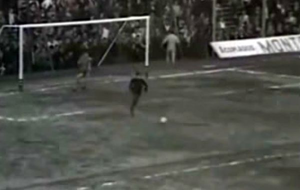 18 de octubre de 1967. La pelota iba rumbo al gol y El Turco Espip apareció de la tribuna para salvar la caída.