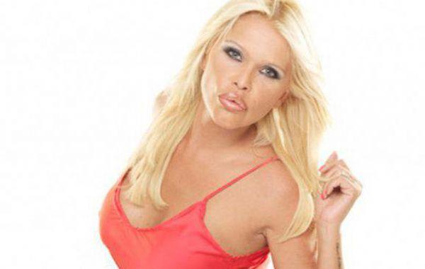 Nazarena Vélez arrancó el fin de semana con una foto en topless frente al espejo