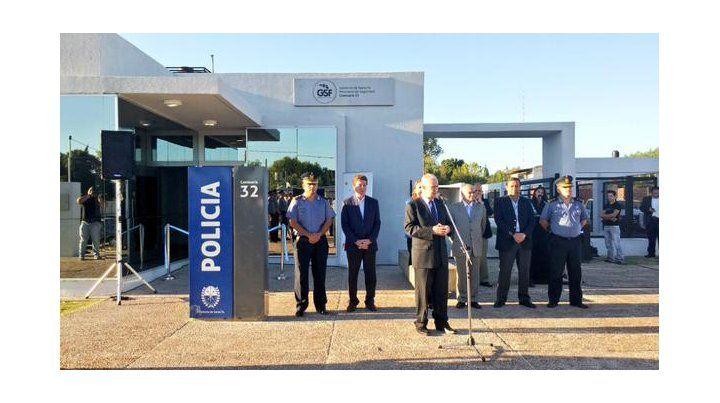 El ministro inauguró las instalaciones de la comisaría 32ª. (Foto: Twitter @GabyPeraltaOk)