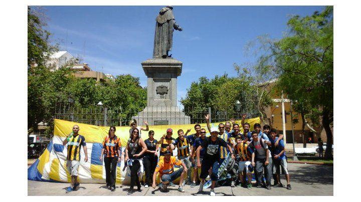 Banderas en las plazas. La gente canalla llegó pintó de azul y amarillo los alrededores. (Foto. G. de los Ríos)