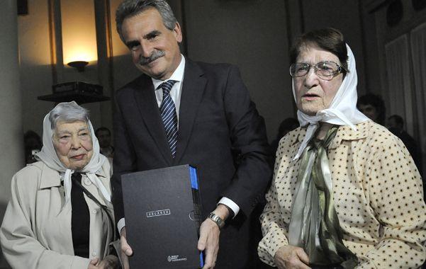 En buenas manos. Rossi les entrega las copias a las Madres de Plaza 25 de Mayo Chiche Massa y Norma Vermeulen.
