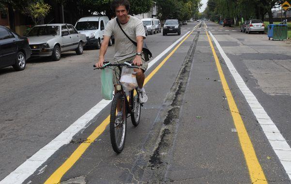 Central. Sobre la calle Bordabehere la ciclovía está en el medio de la calzada.
