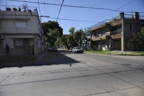 El ladrón que está grave en el Heca fue apaleado cerca de la esquina de Marcos Paz y Larrea. (Foto: V.Benedetto)