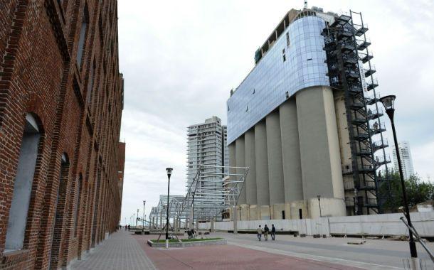 El nuevo paseo peatonal termina con una increíble vista de la barranca. A la derecha se observa cómo avanza la construcción del hotel sobre la estructura de los antiguos silos portuarios. (Foto: F. Guillén)