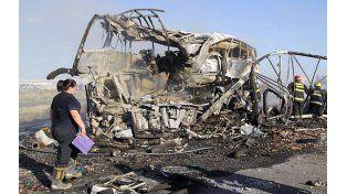 Los restos retorcidos del camión cargado con ajos y el ómnibus calcinado detrás tras el choque ocurrido a 45 kilómetros de la ciudad de Mendoza.
