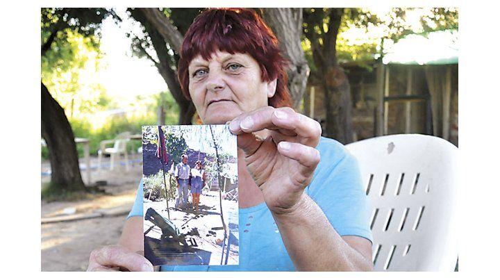 Resignada. Luisa sostiene la única foto que tiene de su hermano desaparecido.