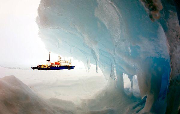 La embarcación rusa espera el rescate a unos 2.778 kilómetros al sur de la ciudad australiana de Hobart.