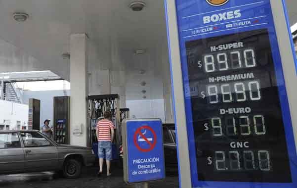 Alzas. Los rosarinos se encontraron ayer con nuevos valores para el combustible. Los automovilistas