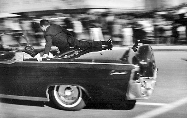 Magnicidio. 22 de noviembre de 1963: Kennedy ya fue alcanzado y su limusina escapa de la zona hacia el hospital.