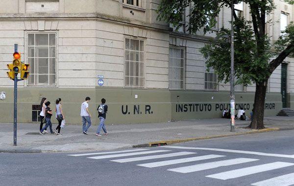 Alumnos piden en el polit cnico revisar sanciones por usar for Instituto puerta de cuartos