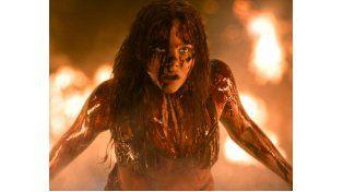 En llamas. Chloe Moretz encarna a la adolescente acosada que estalla cuando un balde con sangre cae sobre ella en un momento de felicidad.