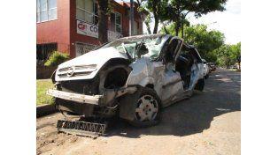 El Chevrolet Meriva que fue arrastrado por el convoy del NCA esta mañana. Su conductora se salvó de milagro. (Foto: N. Juncos)