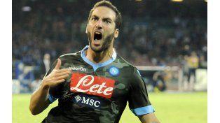 A puro grito. Pipita festeja el tanto de la apertura del equipo napolitano que está en lo más alto de las posiciones en el Calcio.