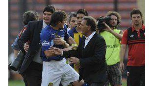 Caranta es retirado por Russo y un miembro de la seguridad. Foto: F. Guillén.