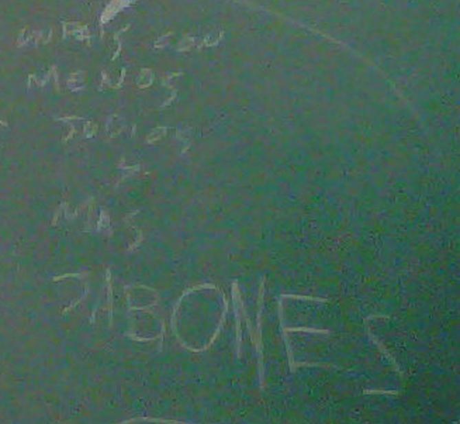 La frase ofesinva apareció escrita en el aula de primer año.