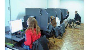 En acción. Los empleados de la empresa Nomines atienden un 0800 y realizan encuestas telefónicas.