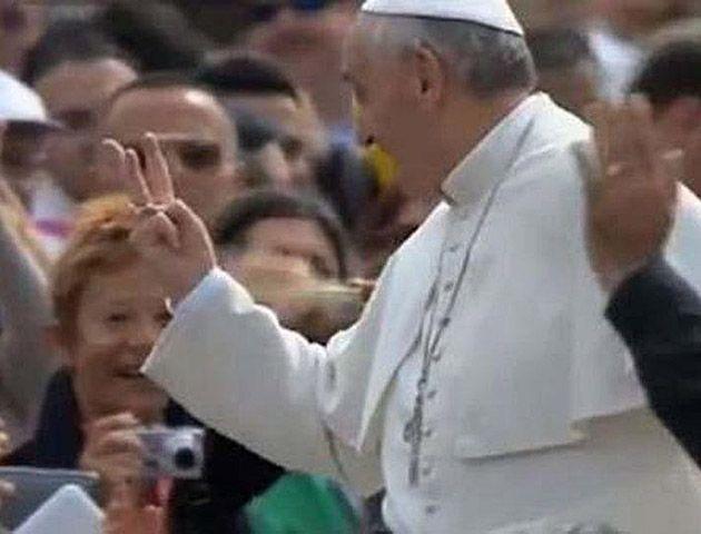 Con los dedos. Francisco se dirigió a un hincha de Boca que lo saludó.