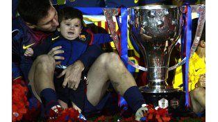 El futbolista celebró la obtención de su primer título desde que se transformó en padre junto al pequeño