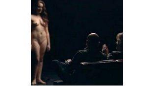 El más sexista. Una mujer desnuda se somete en silencio a la evaluación de Thomas Blachman y un invitado.