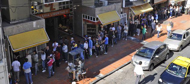 Desde el mediodía los hinchas de Central compran los bonos y plateas para el próximo partido. (Foto: S. Salinas)