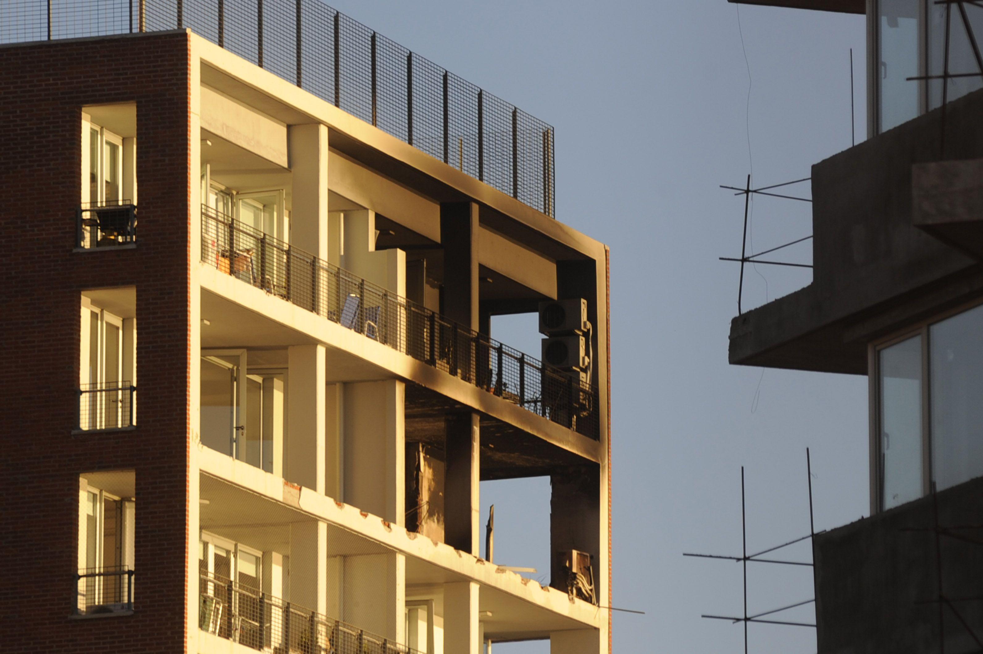 La explosión dejó sus marcas sobre la fachada del edificio. (Foto: Sergio Toriggino).