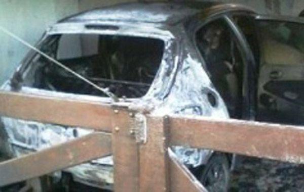 El auto fue incendiado por una bomba molotov.