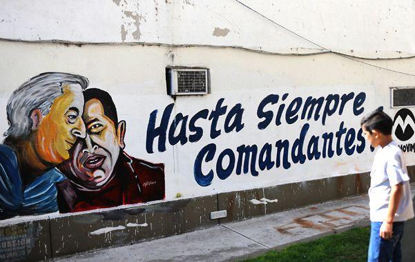 Un mural con la imagen de Chávez junto al ex presidente Néstor Kirchner apareció ayer en uno de los paredones del Concejo Municipal.