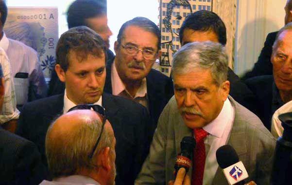 Atento. El intendente González (detrás de De Vido)