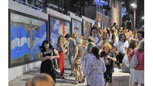 Murales. Jóvenes contemplan una obra que compone el paseo de avenida del Huerto entre Sarmiento y San Martín.