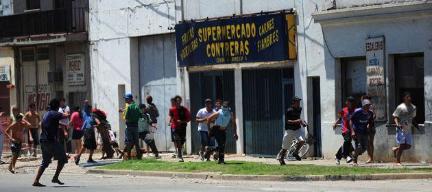 En Ovidio Lagos al 4000 un grupo de jóvenes intrentó vaciar un supermercado. (Foto: E. Rodríguez Moreno)