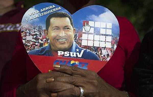 Una mujer reza por la salud de Chávez.