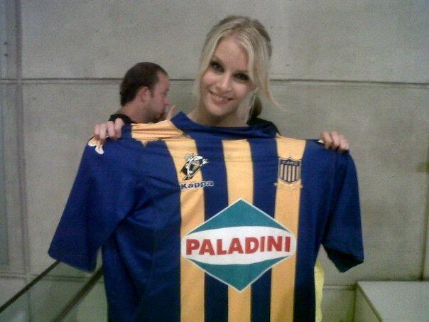 La Sueca anoche en Ideas del Sur con la camiseta auriazul.