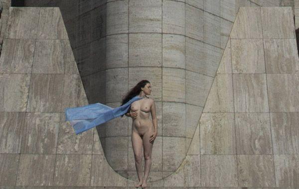Melina Balbuena se enfrentó a la cámara el domingo emulando a la estatua de la libertad emplazada en la nave principal. (Foto: J. Russo)