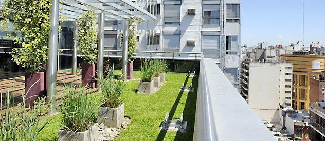 Crece la tendencia de armar jardines en las terrazas de for Edificios con jardines verticales