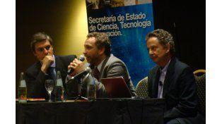 Proyectos. David Asteggiano (centro) y el especialista Dolabela (derecha) durante el encuentro sobre emprendedores.