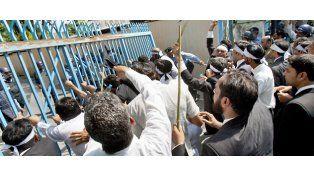 Un grupo de abogados intenta derribar la reja de la embajada de EEUU en Pakistán
