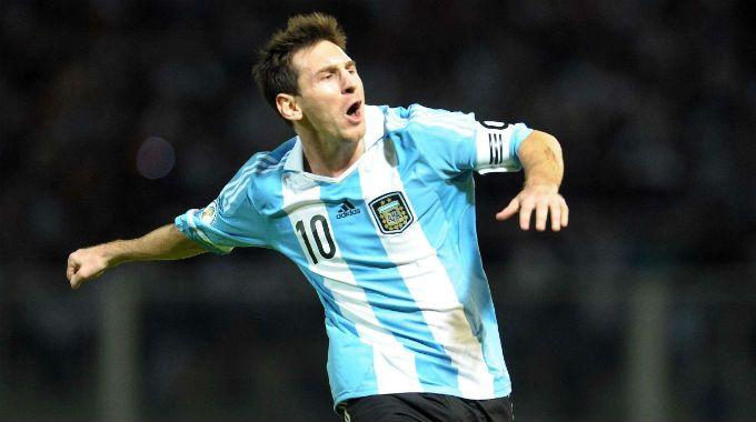 Lio festeja a lo Maradona el golazo de tiro libre de Argentina.