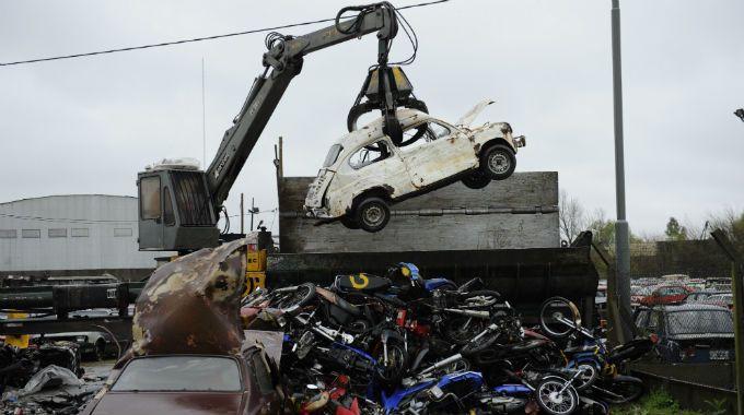 Un Fiat 600 está a punto de ser compactado. (Foto: S. Suárez Meccia)