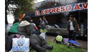 Después del susto. Varios integrantes del pasaje del colectivo esperan en el camino la reanudación del viaje hacia el norte del país. (Foto: Matías Sarlo)