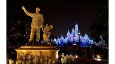 En el corazón del parque de diversiones de Anaheim, está la estatua de Walt Disney y su socio, el ratón Mickey.