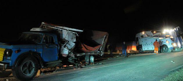 Así quedaron los dos camiones tras el choque de esta tarde. (Foto: Francisco Guillén)