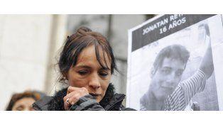 Sandra quiere saber qué pasó con su hijo. Ayer reclamó junto a los suyos frente a los Tribunales.